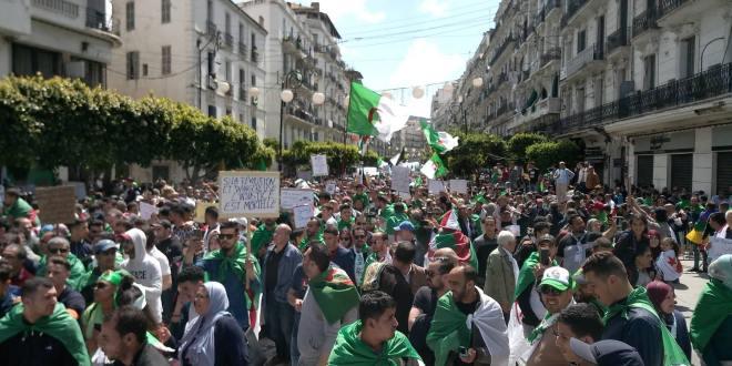 اخبار محلية .. الجمعة العاشرة للمسيرات السلمية : الجزائريون مصممون في مطالبتهم برحيل رموز النظام