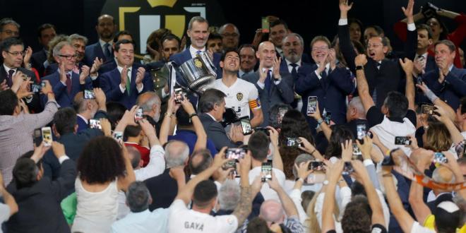 البطولات الاوروبية . فالنسيا يصعق برشلونة ويتوج بلقب كأس الملك