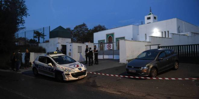 غداة هجوم مسجد بايون.. ماكرون يتعهد بحماية مسلمي فرنسا