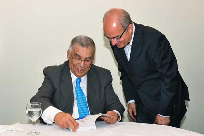 Elcio com o secretário da Educação, Haroldo Rocha, no lançamento de Memórias do Meu Tempo