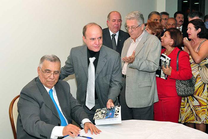 Elcio com o procurador Fábio Vello, no lançamento de suas memórias