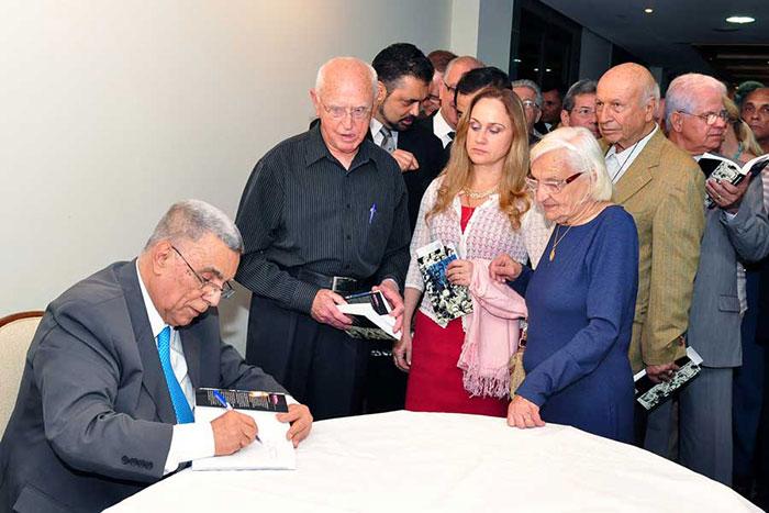 Elcio autografa livro no lançamento de suas memórias
