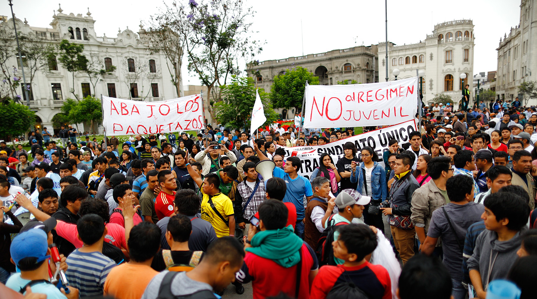 Perú: Movilización popular tumba Ley que recortaba derechos laborales a jóvenes