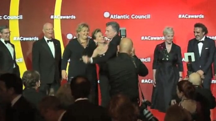 Mauricio Macrí baila en premios