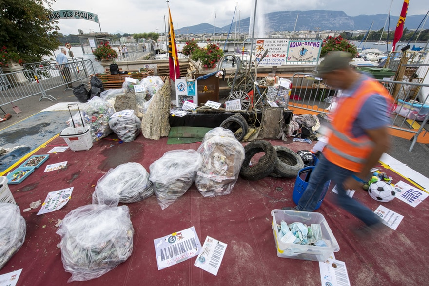 La basura de la pandemia: cientos de mascarillas recogieron del lago Leman de Suiza
