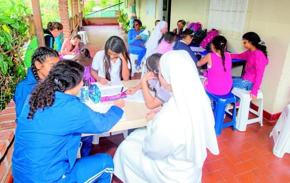 En una permanente labor por el bienestar de las niñas del Hogar Jesús Amigo trabajan las hermanas Carolina y Celmira. FOTO Juan Antonio sánchez