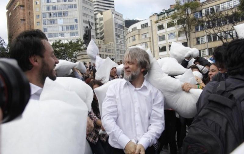 Antanas Mockus convocó a una guerra de almohadas, como mensaje de paz y reconciliación