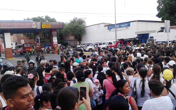 Imagen de las mujeres regresando a Venezuela con las compras. FOTO Cortesía La opinión