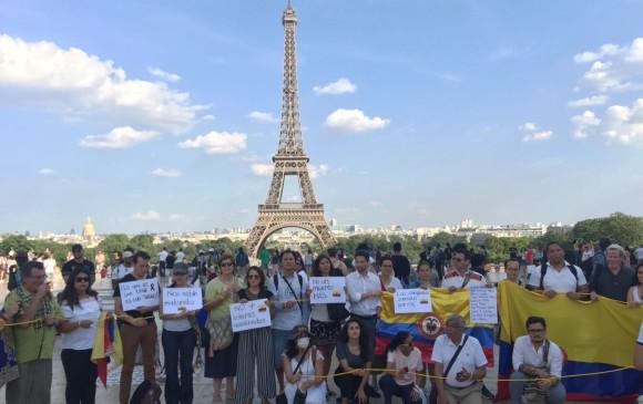 En París, frente a la Torre Eiffel, los connacionales rechazaron las muertes violentas en Colombia.