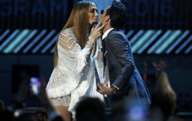 Marc Anthony y Jennifer López con su beso en la ceremonia de los Latin Grammy. FOTO Reuters