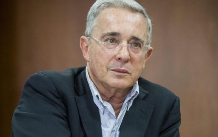 Uribe se defiende y dice que combatirá la infamia