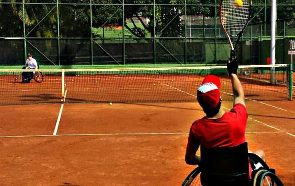 El tenis en silla de ruedas se diferencia del tradicional en que la pelota puede rebotar dos veces en el suelo. FOTO Cortesía