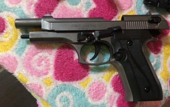 """A alias """"Piolo"""" se le encontró 1 pistola calibre 9 mm, 2 proveedores con municipio calibre 9 mm, 1 pistola de fogueo y 1 fusil de fogueo. Foto: Cortesía Policía."""