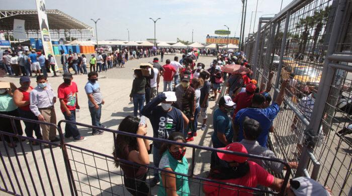 En un punto de vacunación se registraron incidentes y las personas ingresaron a la fuerza para vacunarse. Foto: Enrique Pesantes/ EL COMERCIO