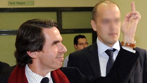 Aznar enseña el dedo a los jóvenes que le abuchearon en la Universidad de Oviedo