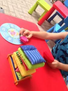 Foto de un niño jugando un juego en la zona familiar