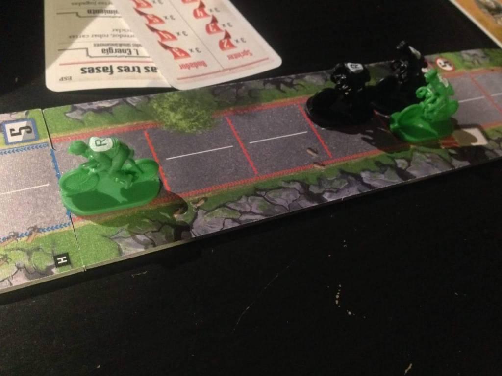 Imagen del juego de mesa Flamme Rouge en el que vemos varios ciclistas, uno de ellos escapado.