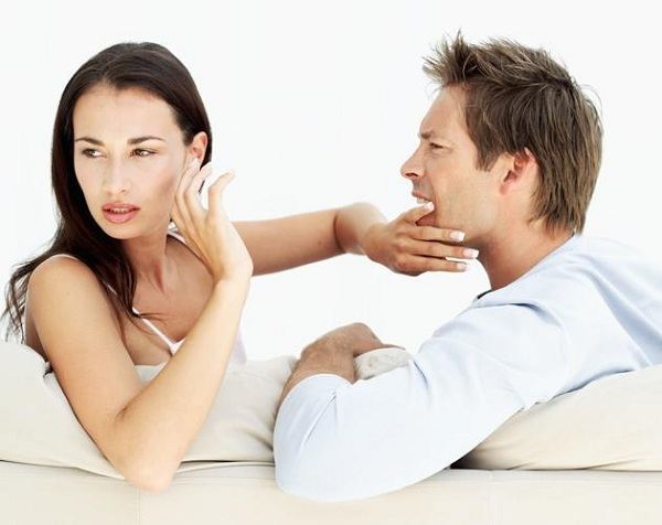 woman not interested in what man is saying
