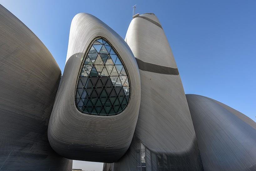 Το φιλόδοξο κέντρο του βασιλιά Abdulaziz στο Dhahran, της Σαουδικής Αραβίας φιλοξενεί σε έκταση 100.000 τετραγωνικών μέτρων φιλοξενεί ένα αμφιθέατρο, τον κινηματογράφο, βιβλιοθήκη, αίθουσα έκθεσης, μουσείο και αρχείο. σχεδιάστηκε από το αρχιτεκτονικό γραφείο Snøhetta. Η βιβλιοθήκη θα περιέχει 200.000 βιβλία και το αμφιθέατρο είναι 930 θέσεων και θα φιλοξενήσει όπερες και συμφωνικές παραστάσεις.
