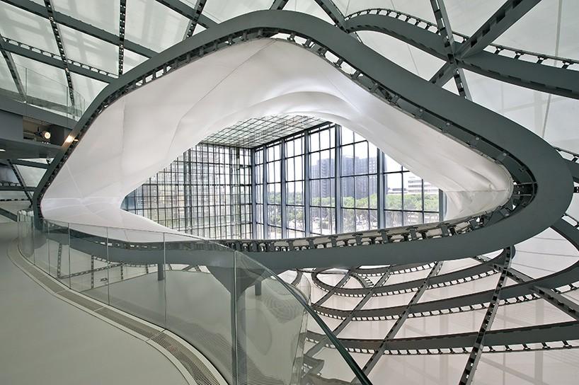 Ονομάζεται «το σύννεφο», είναι το νέο ευρωπαϊκό συνεδριακό κέντρο της Ρώμης και το μεγαλύτερο κτίριο της Ρώμης τα τελευταία πενήντα χρόνια. Το αρχιτεκτονικό γραφείο Fuksas ακολουθεί τις απλές ορθογώνιες γραμμές του 1930 και μέσα στην ορθολογιστική αρχιτεκτονική της συνοικίας στην οποία βρίσκεται. Το γεωμετρικά απροσδιόριστο σχήμα από μέταλλο, γυαλί και οπλισμένο σκυρόδεμα απλώνεται σε χώρο από 18.000 τετραγωνικών μέτρων με τα αμφιθέατρα, τους εκθεσιακούς χώρους, και το ξενοδοχείο.