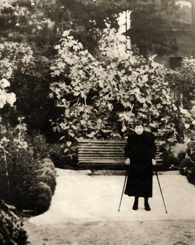 Η Σοφία Λασκαρίδου στην αυλή του σπιτιού της
