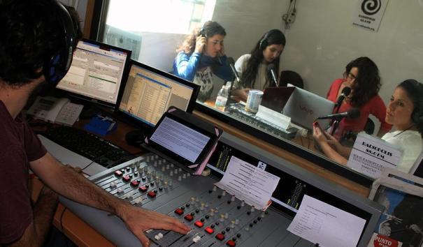 Alumnos de la Facultad de Comunicación de Sevilla, de prácticas en Radiópolis. / J.M.B.