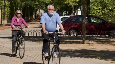 Micaela Domecq y Arias Cañete pasean en bicicleta por Jerez de la Frontera en mayo de 2014. EFE