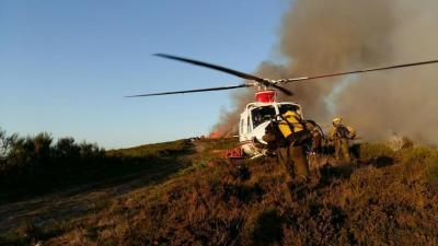 Bomberos forestales trabajando en un incendio en Vilariño de Conso (Ourense) en octubre de 2017