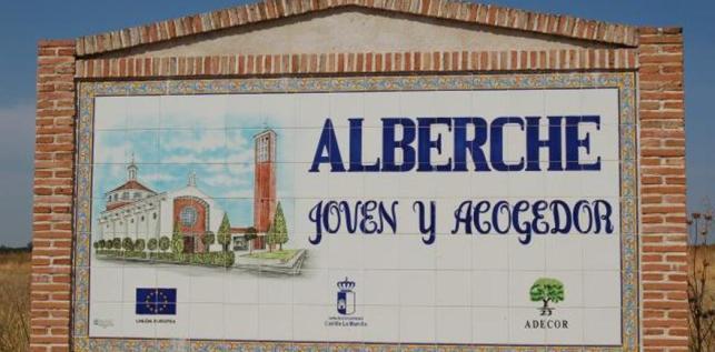 Cartel de entrada al pueblo, que no incluye la apostilla 'del Caudillo'