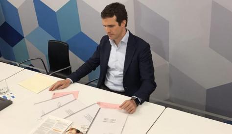 Pablo Casado con la documentación que ha presentado en la sede del PP