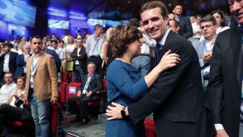 Los candidatos a la Presidencia del PP, Soraya Sáenz de Santamaría y Pablo Casado, se saludan al inicio del XIX Congreso del partido en el que se elige hoy en Madrid al nuevo presidente de la formación votando a uno de los dos, que intervienen ante los 3.084 compromisarios asistentes que deciden el futuro del partido.