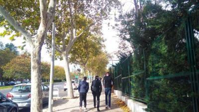 Varios chicos que viven en el centro, caminando por una calle de Hortaleza. / S.P