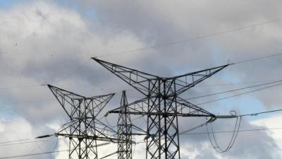 El déficit eléctrico provisional asciende a 1.815 millones a junio, 554 millones menos de lo previsto