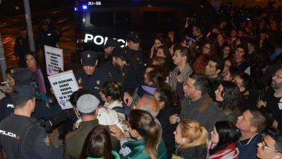 El feminismo choca contra un muro policial en las vías del AVE