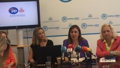 La portavoz del grupo municipal popular de València, María José Catalá, en el centro de la imagen