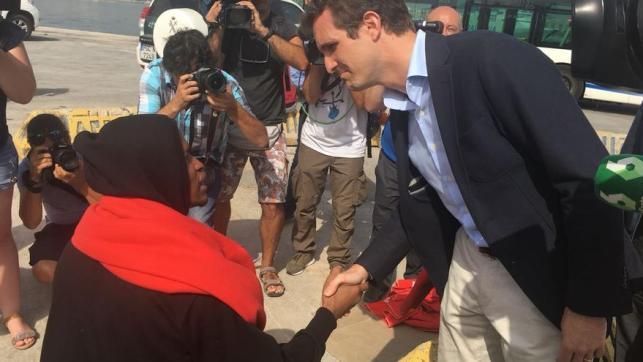 El presidente del PP, Pablo Casado, saluda a un joven inmigrante en el puerto de Algeciras.