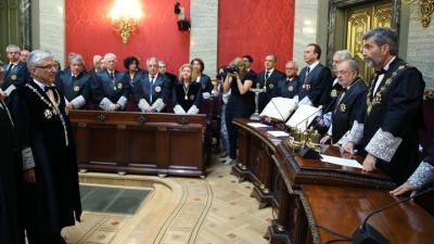 El presidente del Supremo, Carlos Lesmes, se dirige a Luis Díez Picazo en el acto de su toma de posesión como presidente de la Sala de lo Contencioso-Administrativo