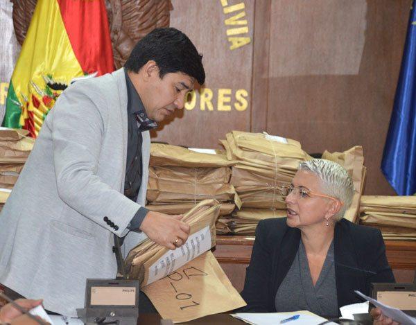 Legisladores proceden a la apertura de documentos de postulantes a la Defensoría del Pueblo.