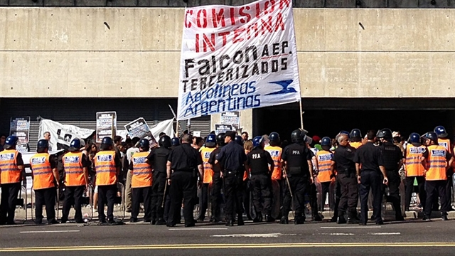 Foto Protesta de tercerizados en Aeroparque - Foto La Nación