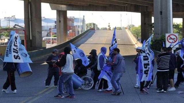 Un motociclista fue atacado por un grupo de portuarios que cortaban el tránsito en Puente Avellaneda