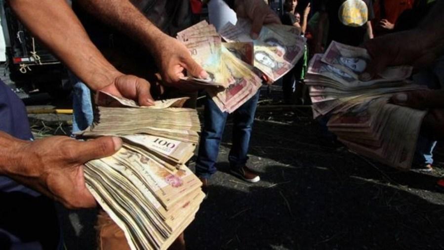 Escasez efectivo en venezuela deja a bancos con pocos o for Dinero maximo cajero