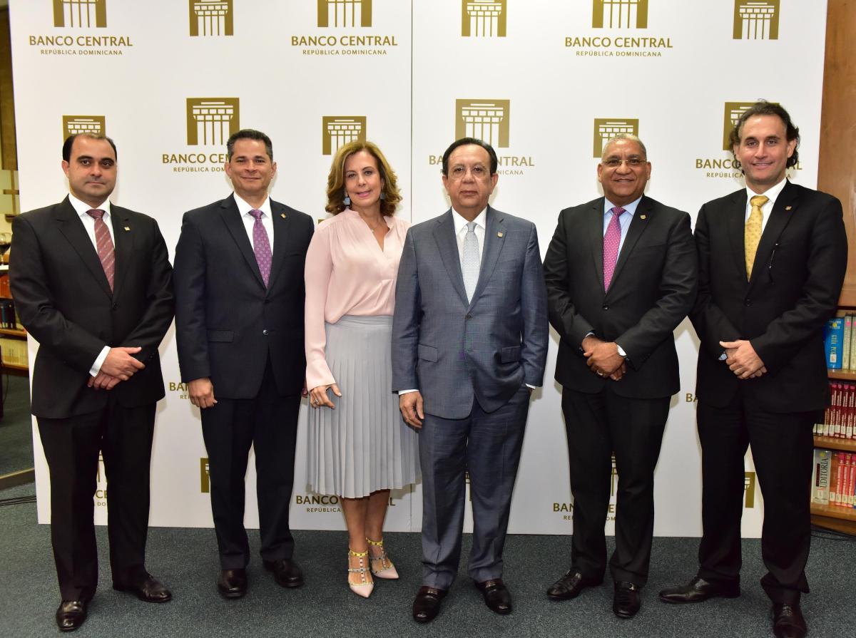 el gobernador del banco central, héctor valdez albizu, junto a los autores