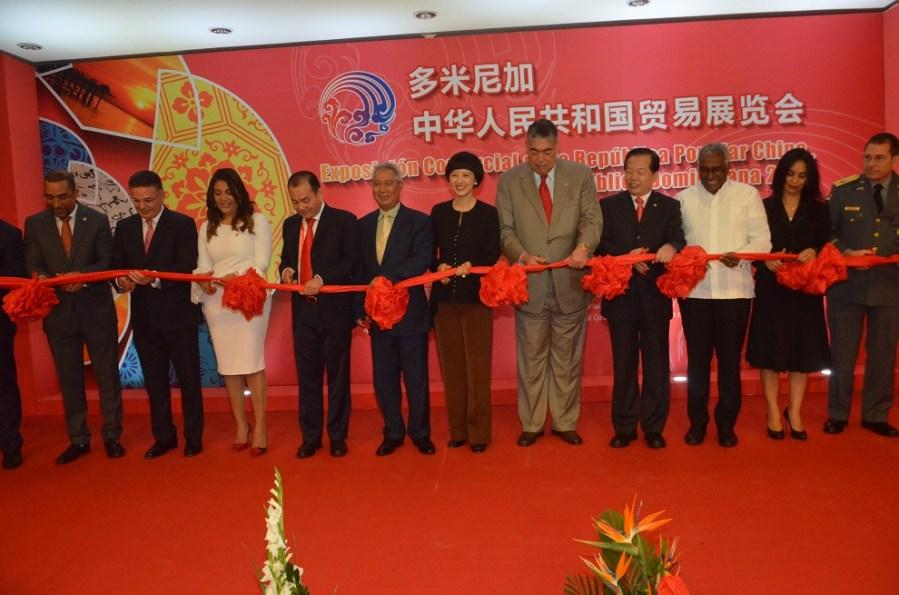 representantes de la república popular china y de república dominicana participan del corte de cinta que deja inaugurada expo china 2017.