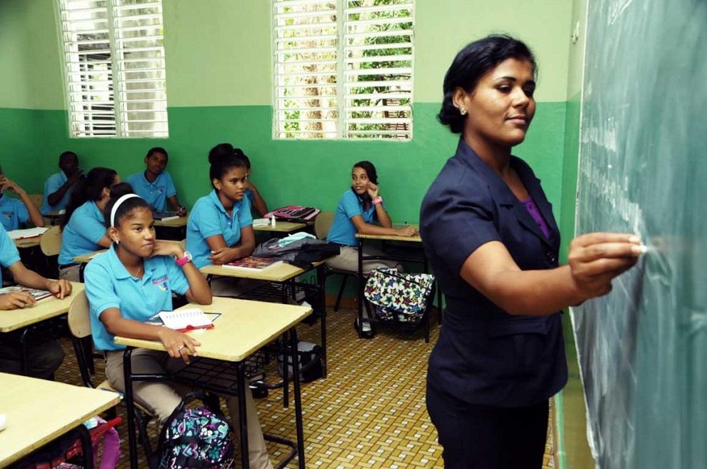maestra escribiendo en pizarra