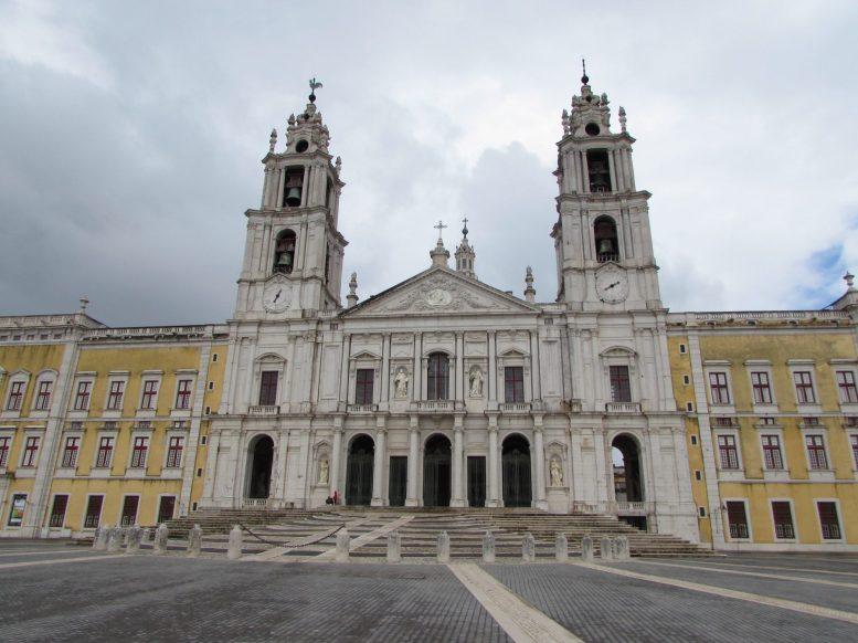 Fachada principal del Palacio Nacional de Mafra