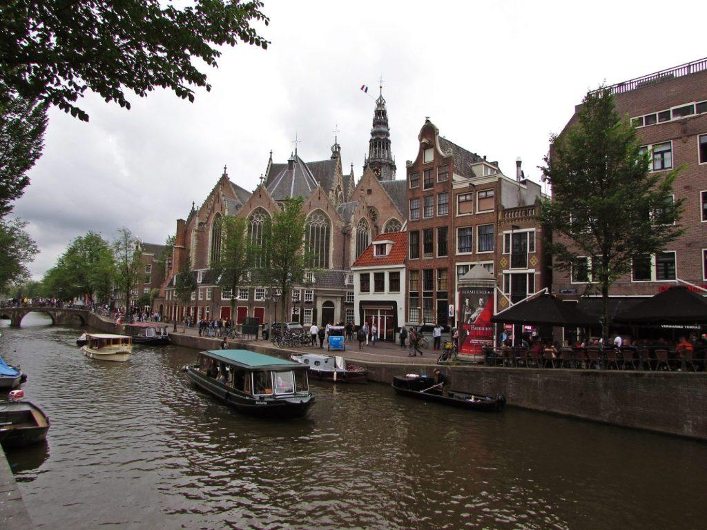 Oude kerk en el barrio rojo de Amsterdam.
