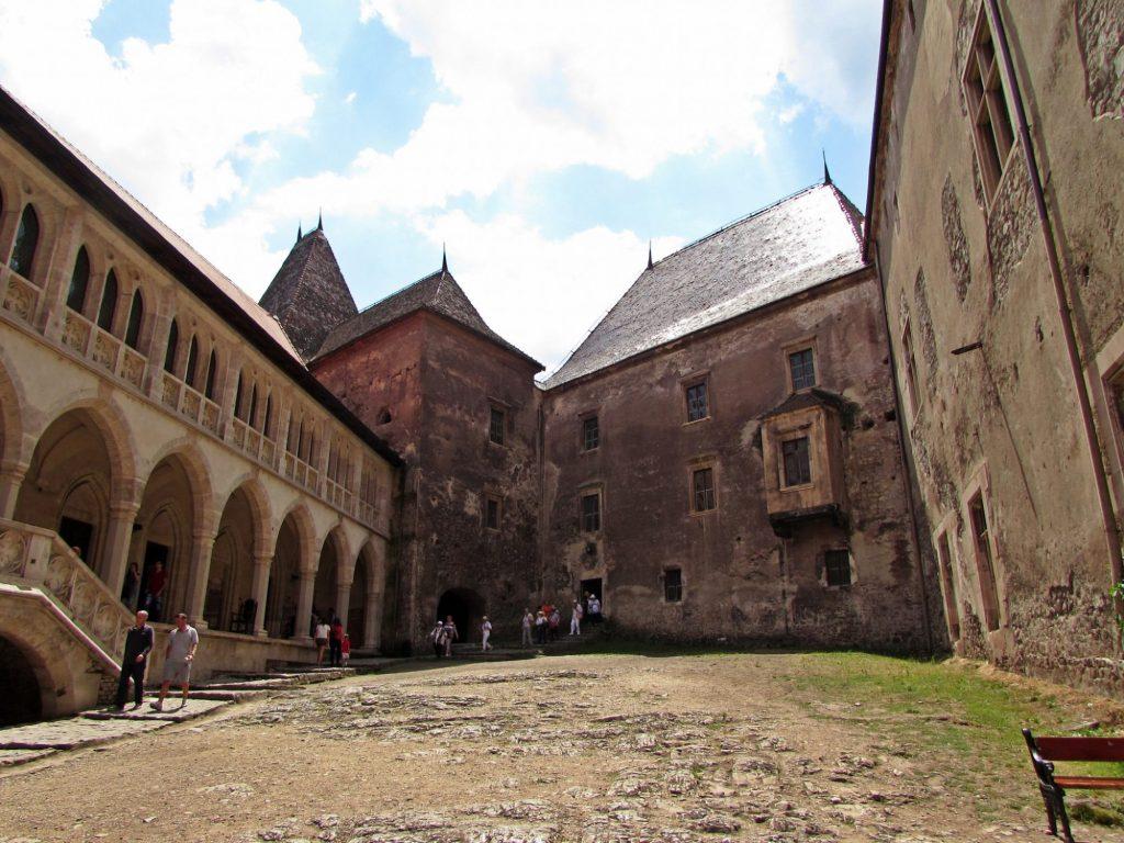 interior castillo de hunyad