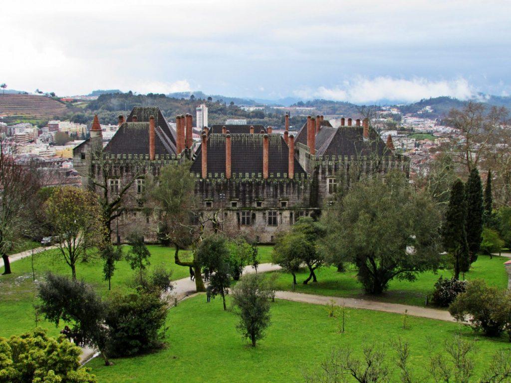 Vistas del Palacio de los Duques de Braganza desde el castillo de Guimaraes