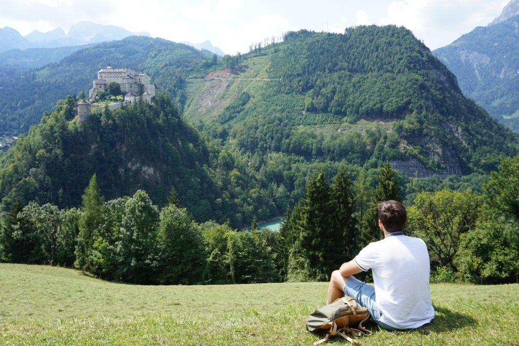 Disfrutando de las vistas del castillo Hohenwerfen, Austria
