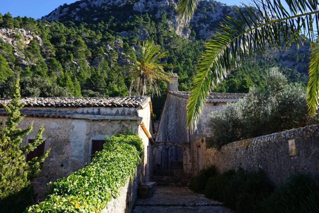La Ermita de la Santísima Trinidad está situada en un lugar privilegiado en la montaña